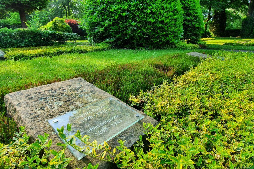 Im Jahr 2018 wurden die Kriegsgräber auf dem Kommunalfriedhof Scherlebeck-Langenbochum saniert. Das Foto zeigt stark verwitterte Grabsteine, deren Inschriften nicht nachgearbeitet wurden. Stattdessen übertrug man die Namen auf Acrylglas-Platten.