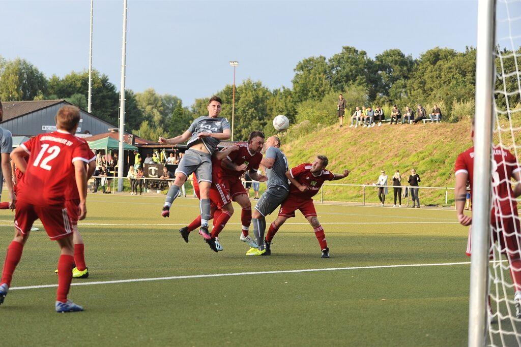 Der Sickingmühler SV (rote Trikots) hat nach der 0:2-Niederlage gegen Sinsen noch die Chance auf den Einzug in die Zwischenrunde.