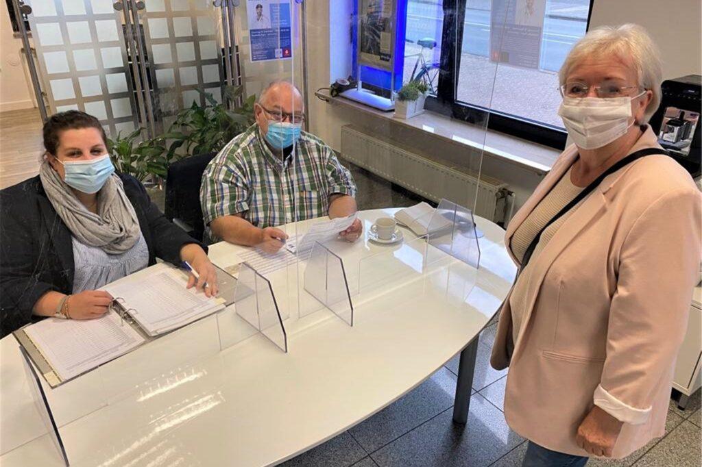 Um 8.08 Uhr gehörte (v.r.) Carla Börner zu den Ersten, die im Wahlbezirk 4.0 bei Wahlleiter Michael Blaucza und Schriftführerin Karoline Kolfhaus ihre Stimme abgab. Elf Wähler fanden sich hier morgens ein - ein eher verhaltener Start in den Wahltag.