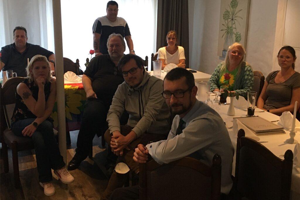 Die Bündnisgrünen in Marl verfolgten mit Spitzenkandidaten Robin Conrad (vorne, 2.v.r.) und den Parteivorsitzenden Katharina Sandkühler und Daniel Schulz sowie Ratsfraktionschef Michel Sandkühler die ersten Prognosen.